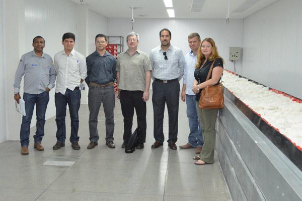 Representantes da Abapa, USDA e Conab no Laboratório de Análise de Fibras da Abapa