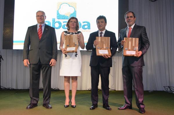 Presidente da Abapa, Celestino Zanella, e os ex-presidentes homenageados, Isabel da Cunha, Walter Horita e João Carlos Jacobsen
