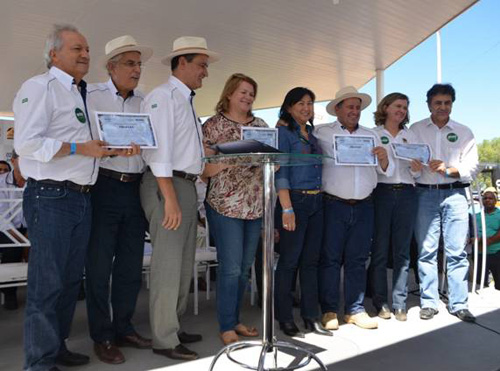 O Governador entregou simbolicamente quatro Certificados de Regularidade