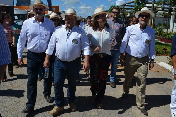 A ministra visitou os estandes acompanhada dos produtores