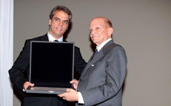 Olacyr de Moraes recebe o prêmio Mérito do Algodão 2009, do então presidente da Abrapa, Haroldo Rodrigues da Cunha