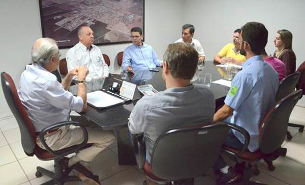 Reunião para a oficialização da parceria, no gabinete do prefeito Humberto Santa Cruz