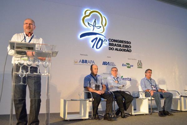 O presidente da Abapa, Celestino Zanella, apresenta algodão baiano em mesa redonda