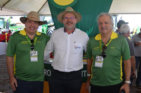 Diretores da Agrosul, Olmiro e Marcelino Flores e o presidente da Abapa, Celestino Zanella