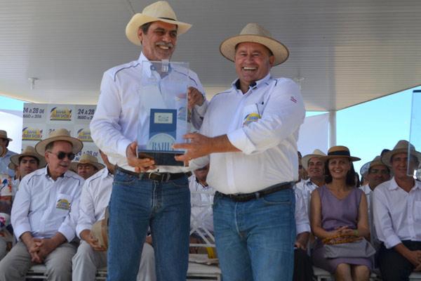 O presidente da Abrapa, João Carlos Jacobsen, foi homenageado pelo presidente da feira, Júlio Cézar Busato