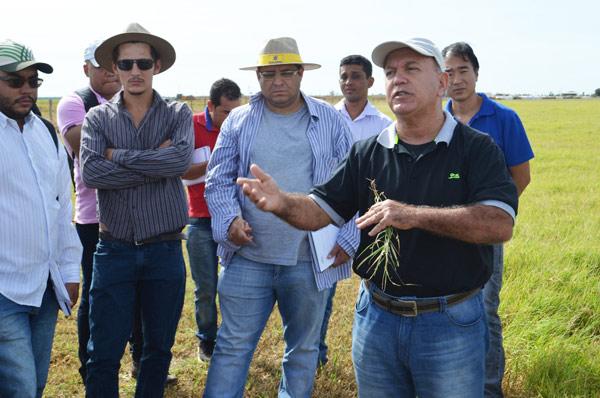 Professor da UFV, Maurilo do Carmo, com alunos do curso