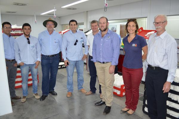 Laboratório da Abapa recebe visita de estrangeiros