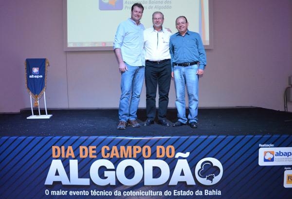 Presidente da Abapa, Celestino Zanella, com os palestrantes Alexandre Schenkel (esquerda) e Márcio de Souza (direita)