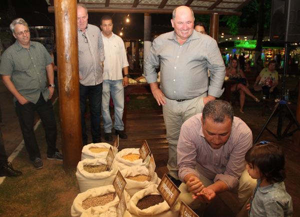 Governador da Bahia, Rui Costa, visita o estande